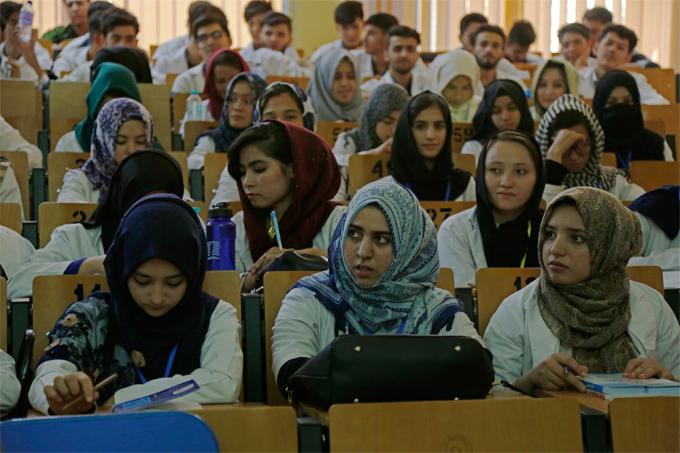 Mujeres de Afganistán podrán estudiar en la universidad, separadas de los hombres
